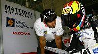 Lukáš Pešek s osobním koučem Milošem Čihákem se snaží přijít na kloub nastavení motocyklu Moriwaki kubatůry Moto2.