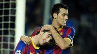 Sergio Busquets (vpravo) gratuluje svému spoluhráči z Barcelony Lionelu Messimu k brance.