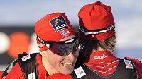 Norští lyžaři Ola Vigen Hattestad (vlevo) a Johan Kjölstad z Norska se radují z vítězství ve sprintu v Liberci.
