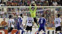 Brankář Chelsea Petr Čech nejednou čněl nad střelci Valencie.