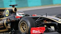 Jan Charouz za volantem vozu formule 1 Lotus Renault.