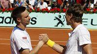 Tomáš Berdych (vpravo) blahopřeje k postupu do finále French Open švédskému tenistovi Robinu Söderlingovi.