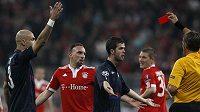 Italský sudí Rosetti vylučuje Francka Ribéryho z Bayernu Mnichov (druhý zleva) v úvodním utkání semifinále Ligy mistrů proti Lyonu.