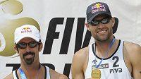 Američané Phil Dalhausser (vpravo) a Todd Rogers v Praze padli