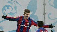 Tomáš Necid (vlevo) má s CSKA šanci postoupit.