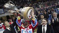 Kapitán Pardubic Petr Koukal zdvihá pohár pro vítěze hokejové extraligy.