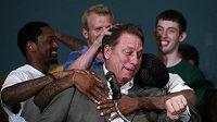 Univerzitní kouč Tom Izzo v objetí svých svěřenců.