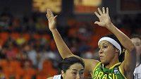 Brazilská basketbalistka Adriana Pintová (vpravo) brání Ji Yoon Kim z Koreje během utkání MS v Brně.