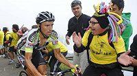 Fanoušek žene španělského cyklistu Juana Josého Coba do cíle 15. ezapy Vuelty.