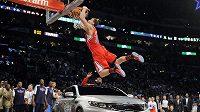 Blake Griffin smečuje nad automobilem před Utkáním hvězd NBA