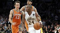 Basketbalista Los Angeles Lakers Kobe Bryant (vpředu) v utkání proti Phoenixu