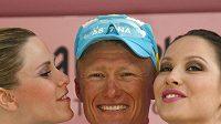 Vedoucí jezdec Giro d'Italia Alexandr Vinokurov z Kazachstánu