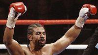 Boxer David Haye slaví výhru nad Johnem Ruizem.