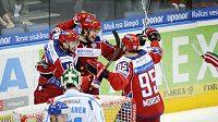 Hokejisté Ruska oslavují vítězný gól Alexandra Svitova (uprostřed) v utkání EHT proti Finsku.