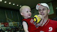 Basketbalista Nymburka Michal Křemen se svým synem.