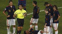 Španělský fotbalista Xabi Alonso leží na trávníku v utkání proti Chile.