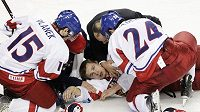 Petr Šenkeřík leží na ledě po zákroku kanadského hráče