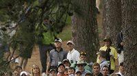Diváci sledují golfisty jako v tomto případě Matta Kuchara z bezprostřední blůízkosti.
