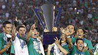 Mexičtí fotbalisté se radují z vítězství ve Zlatém poháru.