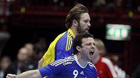 Francouz Guillaume Joli (v modrém) se raduje vedle Švéda Magnuse Jernemyra v semifinále MS v házené.