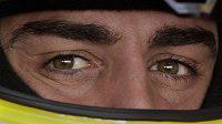 Fernando Alonso při měřeném tréninku na okruhu v Abú Zabí.