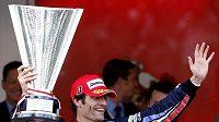 Australan Mark Webber s trofejí pro vítěze Velké ceny Monaka.