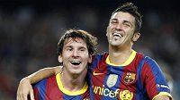 David Villa z Barcelony (vpravo) oslavuje s Lionelem Messim vstřelený gól v utkání Ligy mistrů s Panathinaikosem.