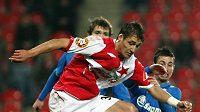 Fotbalista Slavie Rudolf Skácel uniká plzeňskému Milanu Petrželovi.