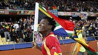 Afrika slaví. Ghaňan Samuel Inkoom obíhá vítězné kolečko s jihoafrickou vlajkou poté, co jeho tým vyřadil v osmifinále USA.