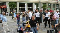 Tým Red Bull (na archivním snímku David Coluthard při prezentaci v Bratislavě) nechal před letošní sezónou okázalé pózy stranou. Nový vůz představil před garáží.