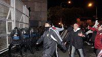 Fanoušci River Plate se snaží dostat přes kordon policistů dostat na stadión.