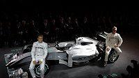 Michael Schumacher (vpravo) se svým stájovým kolegou Nikem Rosbergem při představení monopostu stáje Mercedes GP pro sezónu 2010.