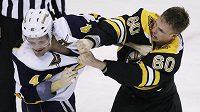 Bostonský Vladimír Sobotka (vpravo) si připsal v duelu s Buffalem jednu asistenci a stihl se i poprat s Andrejem Sekerou.