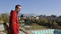 Fotbalisté české reprezentace si vyšli na procházku po černohorské Podgorici, kde se utkají v odvetě baráže o postup na mistrovství Evropy s Černou Horou. Na snímku je Petr Čech.