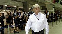 Bernie Ecclestone prochází boxovou uličkou okruhu v Singapuru.