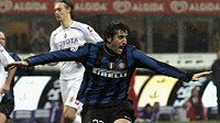 Diego Milito z Interu Milán oslavuje vstřelenou branku v utkání italské ligy proti Fiorentině.