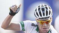 Australský cyklista Cadel Evans se raduje z vítězství na mistrovství světa.