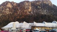 Supermoderní halu v Inzellu olympijské kruhy neozdobí.