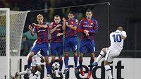 Wesley Sneijder z Interu Milán střílí gól do sítě CSKA Moskva v odvetě čtvrtfinále Ligy mistrů.
