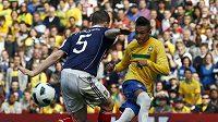 Brazilec Neymar dává gól Skotsku v přátelském utkání v Londýně.