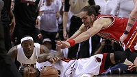 O každý míč se sváděla bitva. Zprava útočník Bulls Joakim Noah v souboji s Udonisem Haslem. Přihlíží hvězda Miami LeBron James.