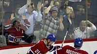 Brian Gionta z Montrealu (vlevo) oslavuje vstřelenou branku v duelu s Ottawou.