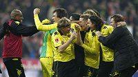 Fotbalisté Dortmundu se radují z vítězství nad Bayernem Mnichov.