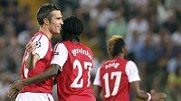 Fotbalisté Arsenalu Robin van Persie (vlevo) a Gervinho se radují z branky proti Udine.