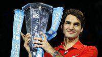 Švýcarský tenista Roger Federer s trofejí pro vítěze Turnaje mistrů