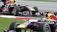 Pilot Red Bullu Sebastian Vettel (vpředu) před svým týmovým kolegou Markem Webberem při GP Malajsie.