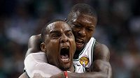 Euforie v barvách Bostonu Celtics. Na záda Glena Davise skáče Nate Robinson.