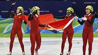 Čínské rychlobruslařky na krátké dráze se radují z vítězství ve štafetě.