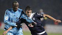 Marouane Chamakh z Girondins Bordeaux (vpravo) bojuje o míč se Souleymanem Diawarou z Olympique Marseille.