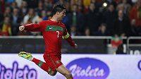 Portugalec Cristiano Ronaldo střílí gól z přímého kopu.
